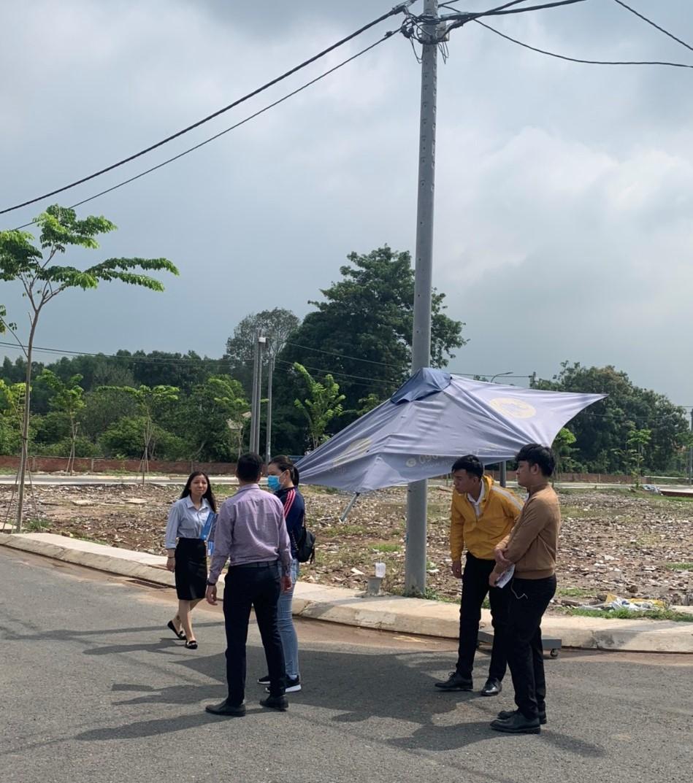 khách hàng tham quan một dự án BĐS tại Đồng Nai