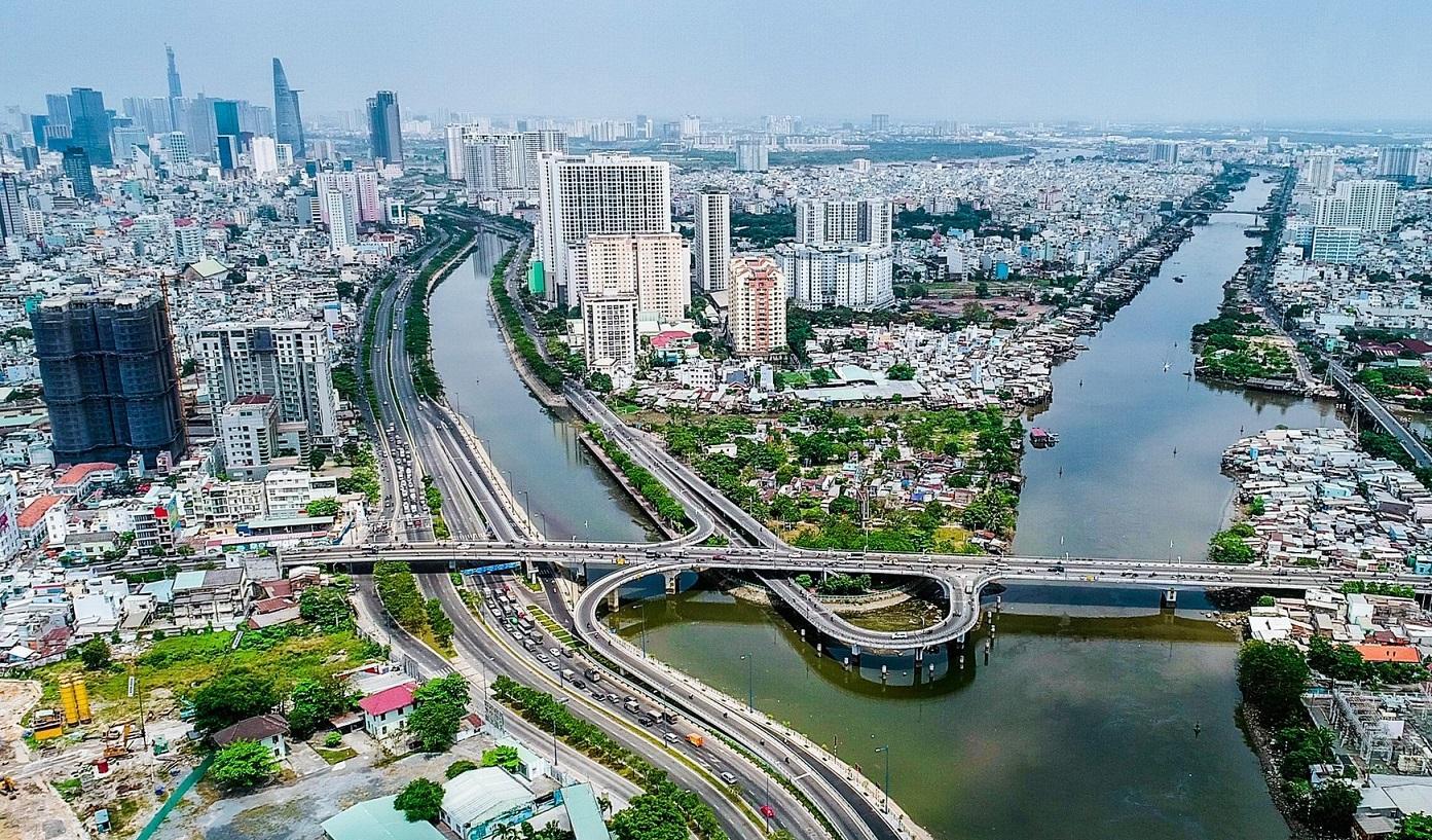 toàn cảnh thành phố nằm hai bên sông