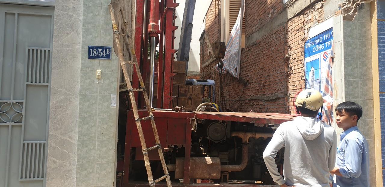 Công trường thi công ép cọc bê tông nhà phố