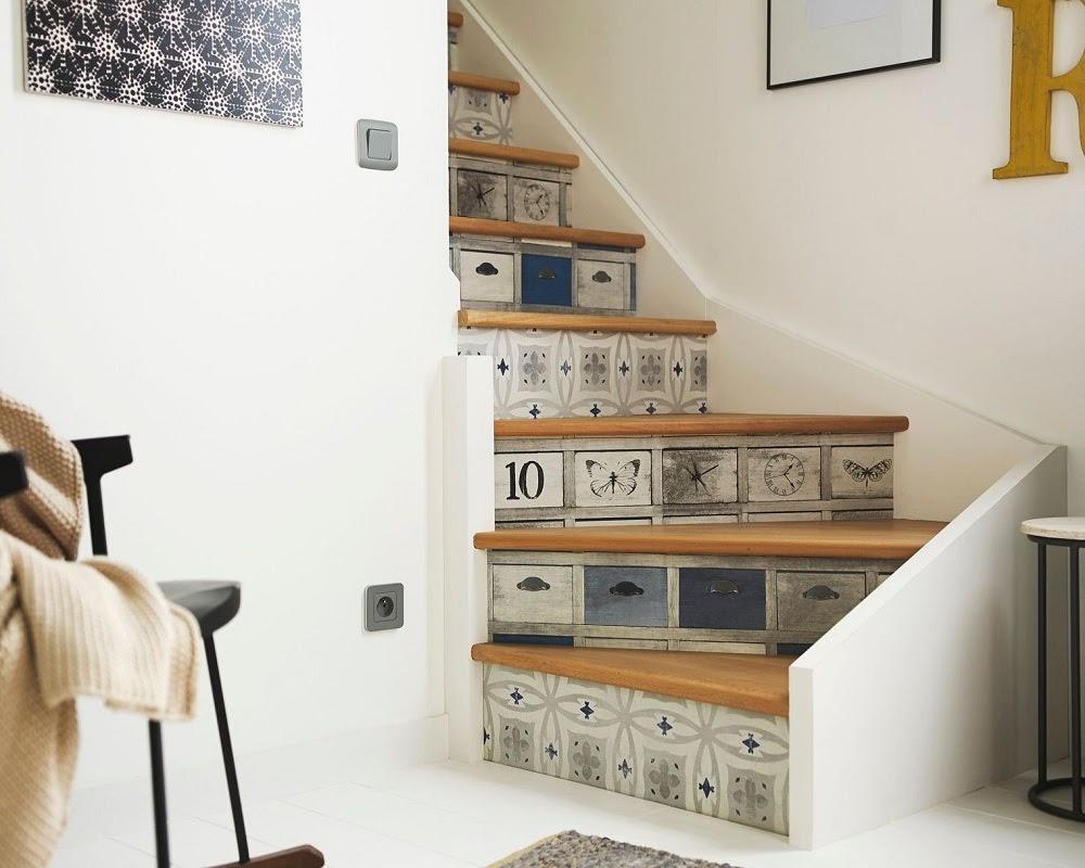 dán giấy dán tường họa tiết lên cầu thang