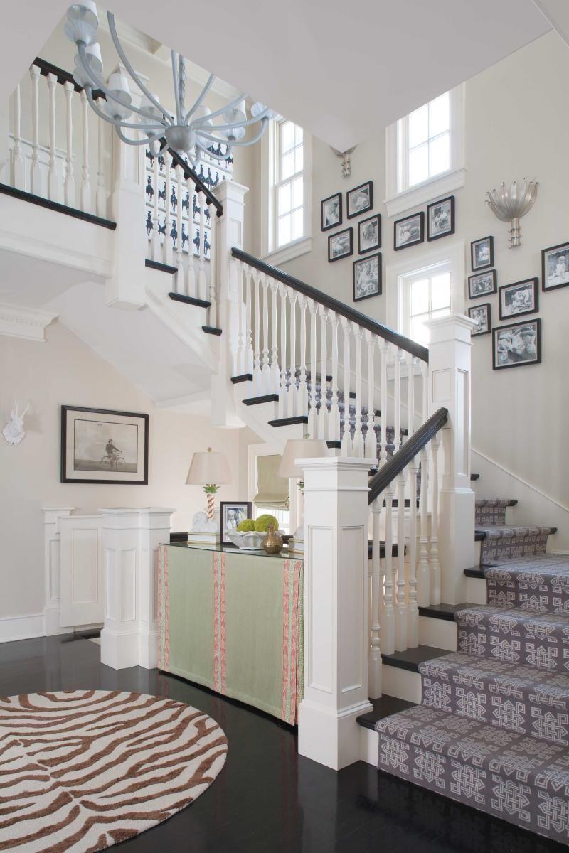 Mẫu cầu thang màu trắng có cột trụ hình vuông