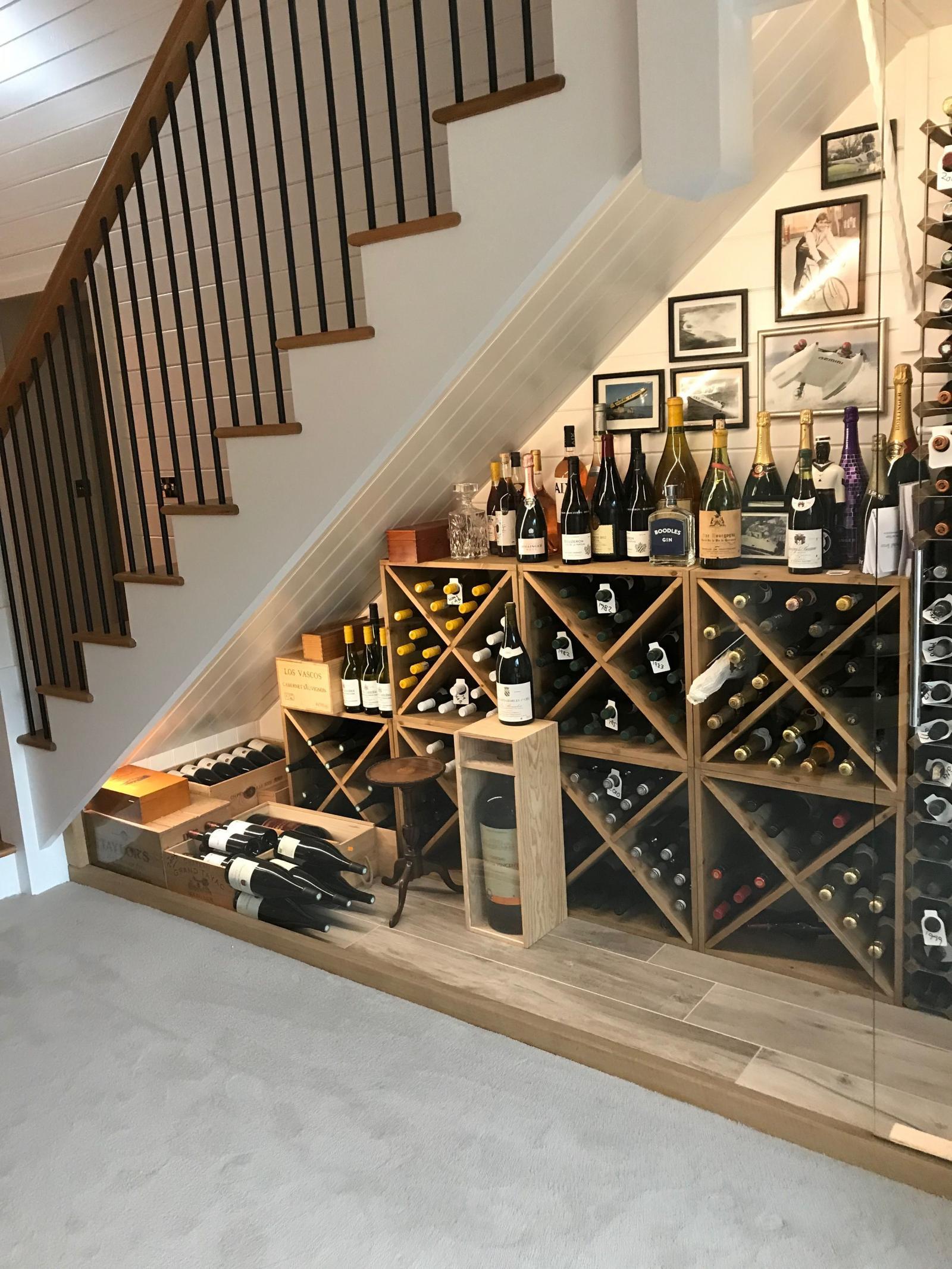 Thiết kế tủ rượu ở gầm cầu thang