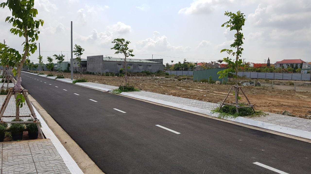 Khu đất chờ giải phóng mặt bằng nằm cạnh đường