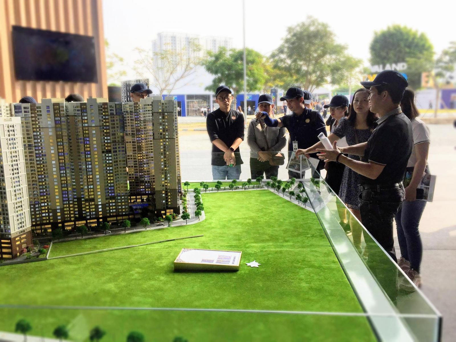 Khách hàng xem sa bàn dự án bất động sản
