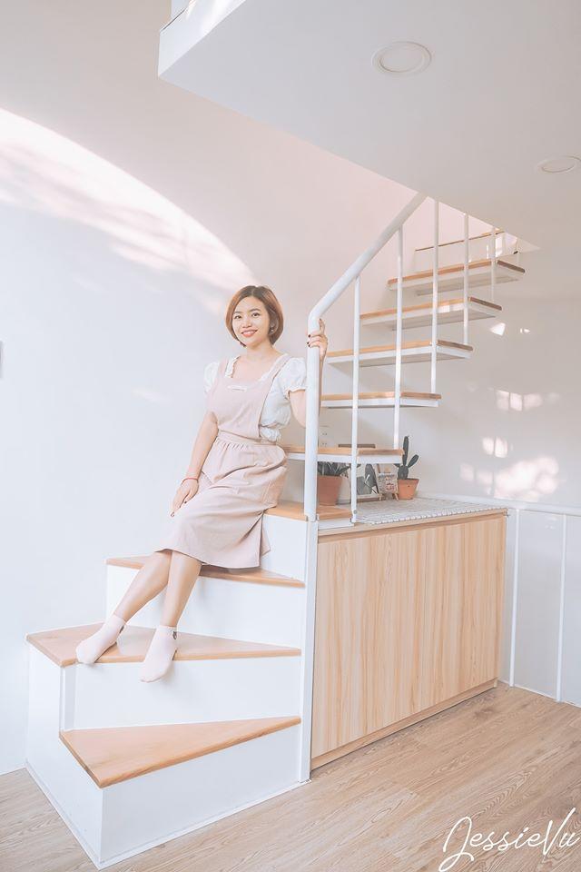 Cô gái ngồi bên cầu thang