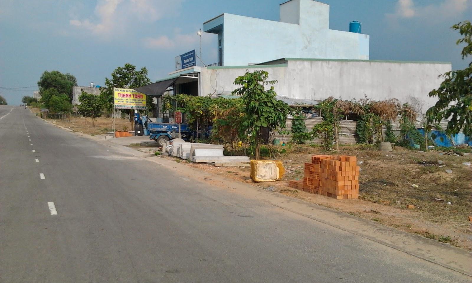 nhiều nhà ở và đất trống nằm ven đường lớn