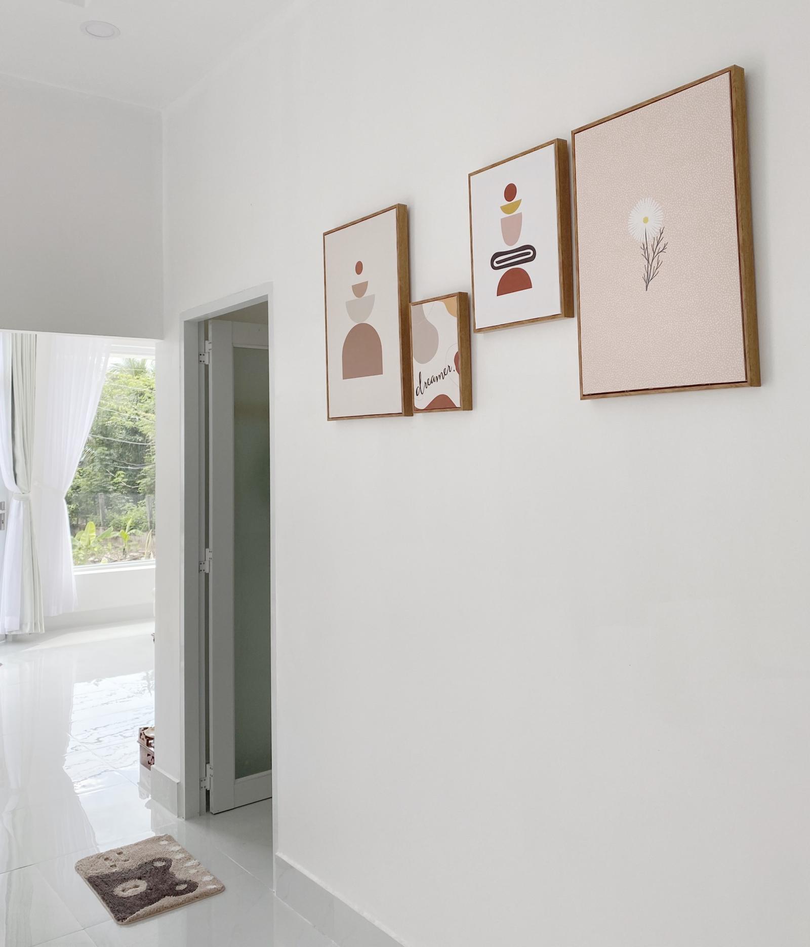 Một góc treo tranh ảnh trong nhà