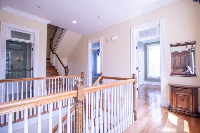 Cầu thang lên tầng hai