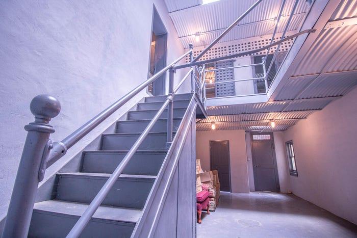 Phòng giam dưới tầng hầm