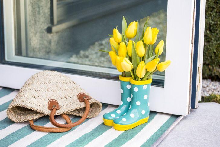 Cắm hoa tươi trong đôi ủng cùng tông màu