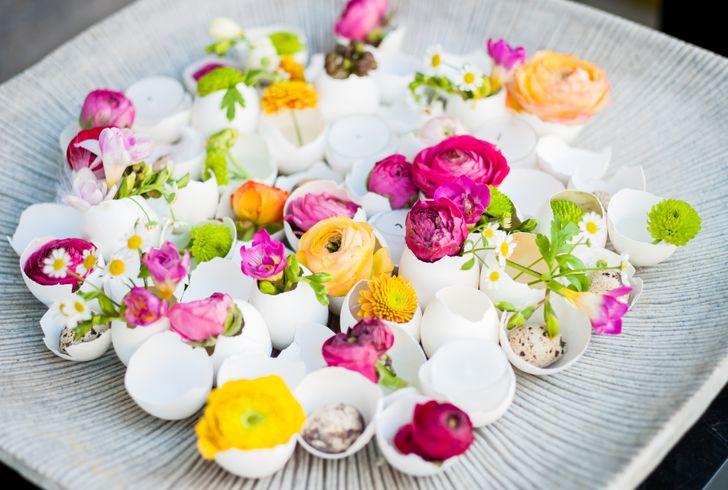 Cắm hoa trong vỏ trứng