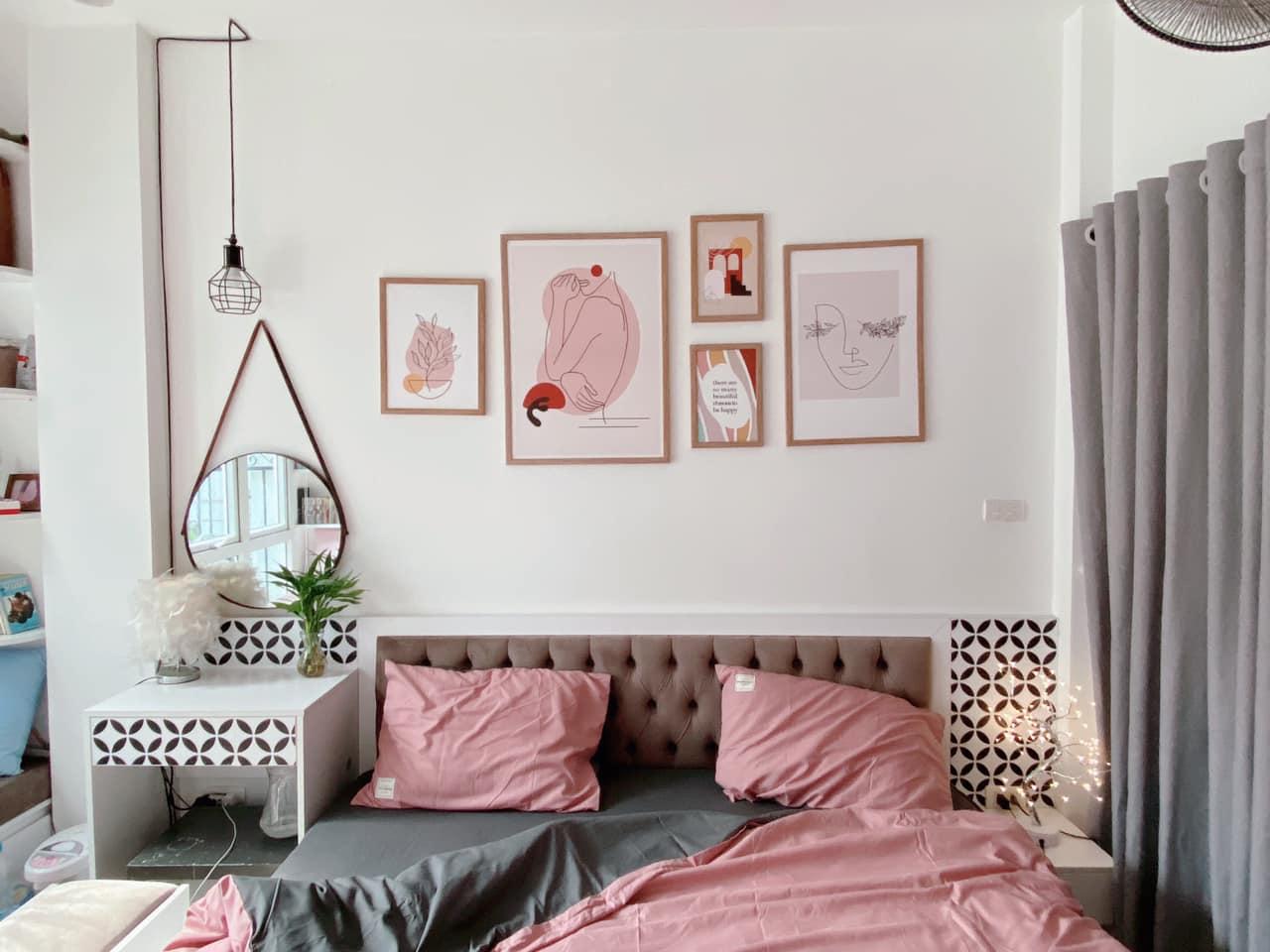 Giường ngủ và tranh treo tường