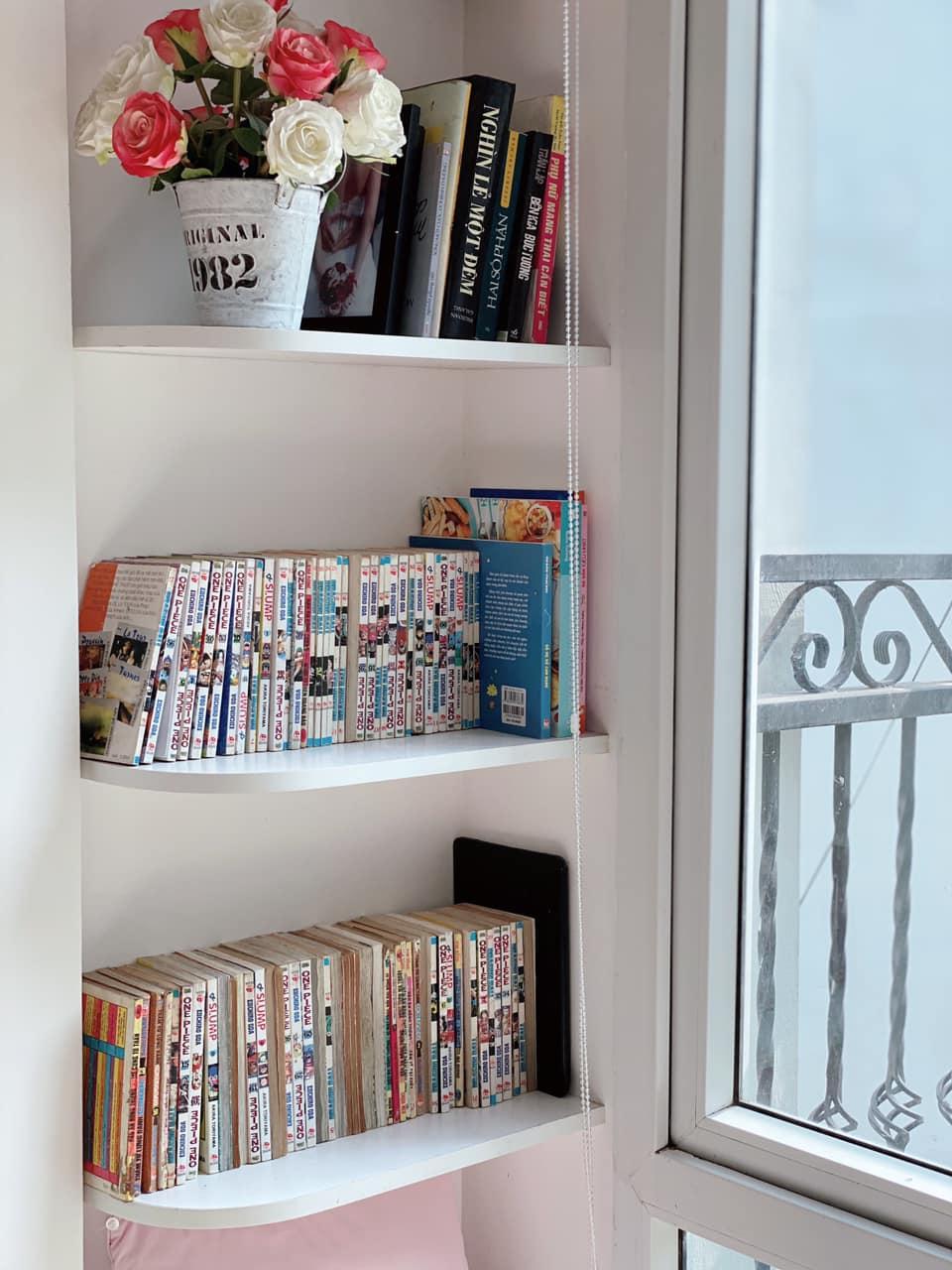 Kệ sách thiết kế sát tường, tận dụng góc chết của phòng