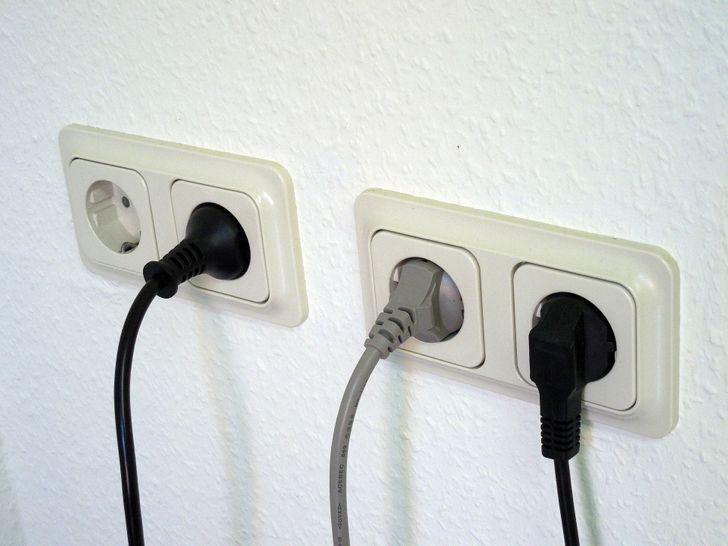 Lau chùi công tắc, ổ cắm điện thường xuyên
