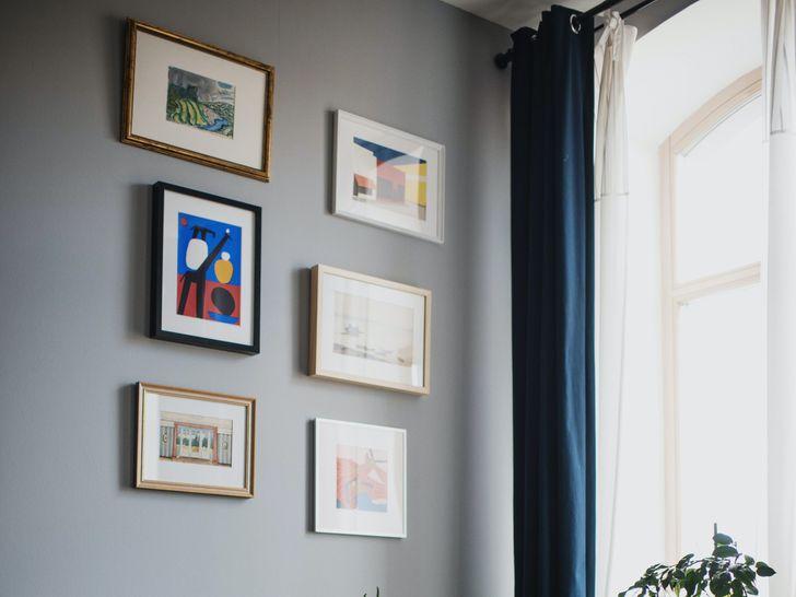 Tranh ảnh treo tường là nơi tích tụ bụi bặm, vi khuẩn nếu không được vệ sinh thường xuyên