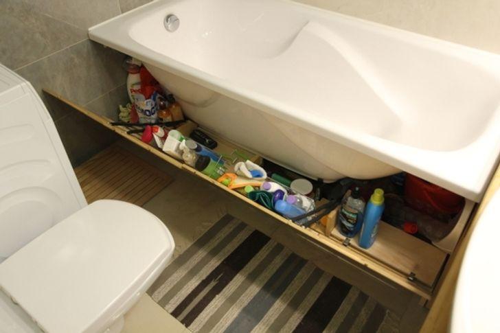 Sữa tắm, dầu gội, bọt cạo râu và vô số loại hóa mỹ phẩm khác để ngổn ngang khắp nơi khiến phòng tắm trông thật bừa bộn.