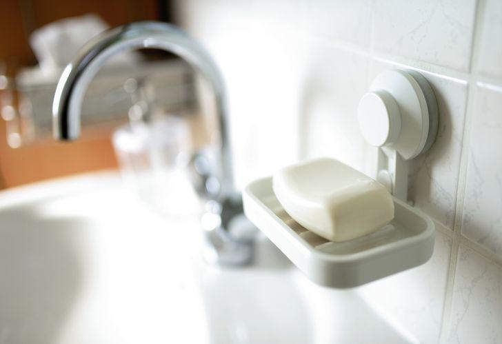 Chiếc kệ nhỏ đựng bánh xà phòng thường bị lem nhem do vụn xà phòng vương ra trong quá trình sử dụng.