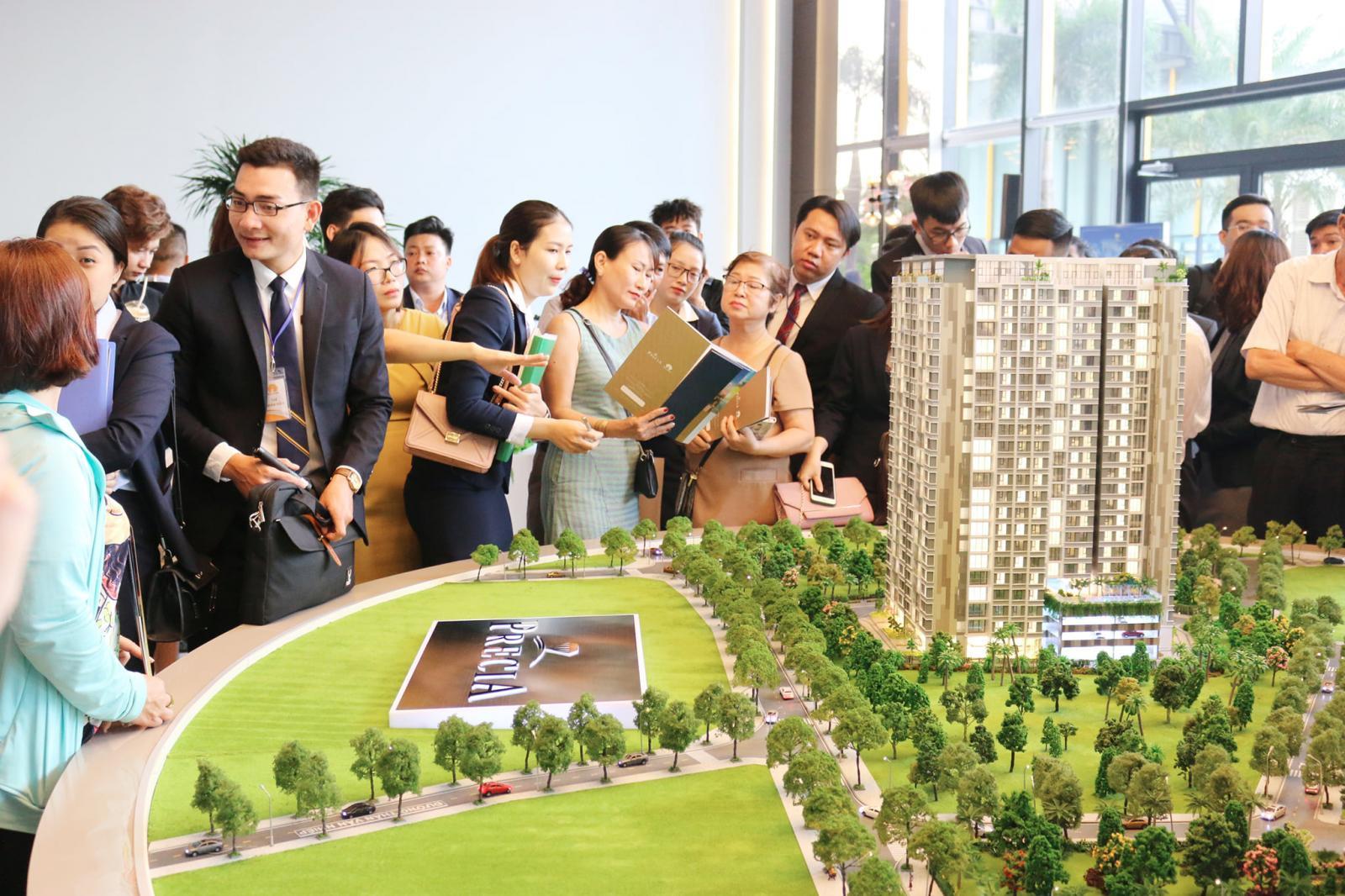 hình ảnh khách hàng tham gia giao dịch căn hộ tại TP.HCM