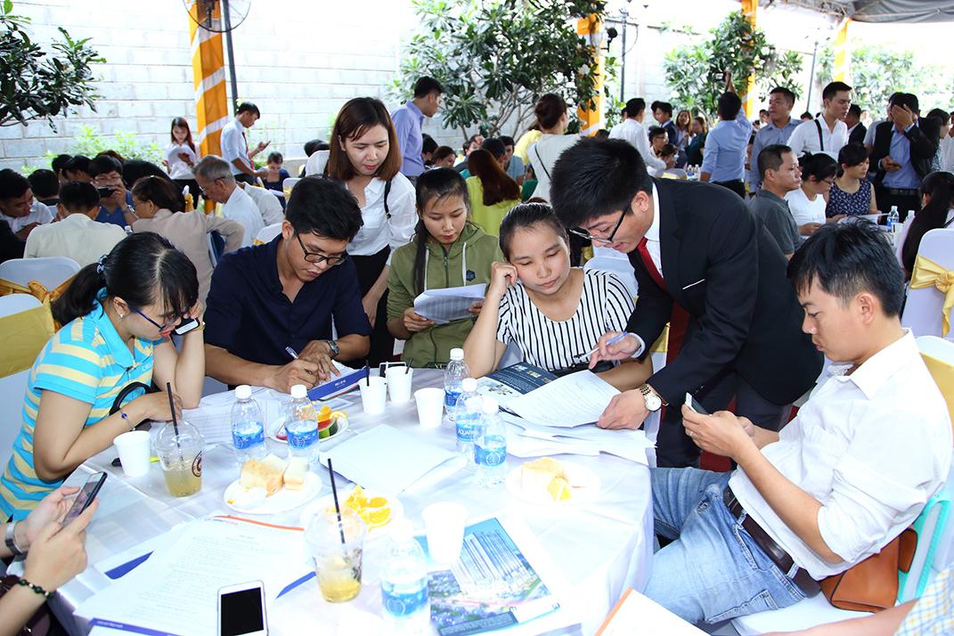 Khác hàng tham gia giao dịch bất động sản tại một dự án căn hộ tại TP.HCM