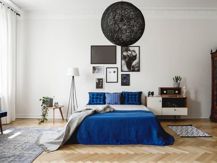 Quá nhiều đồ trang trí khiến phòng ngủ bị rối