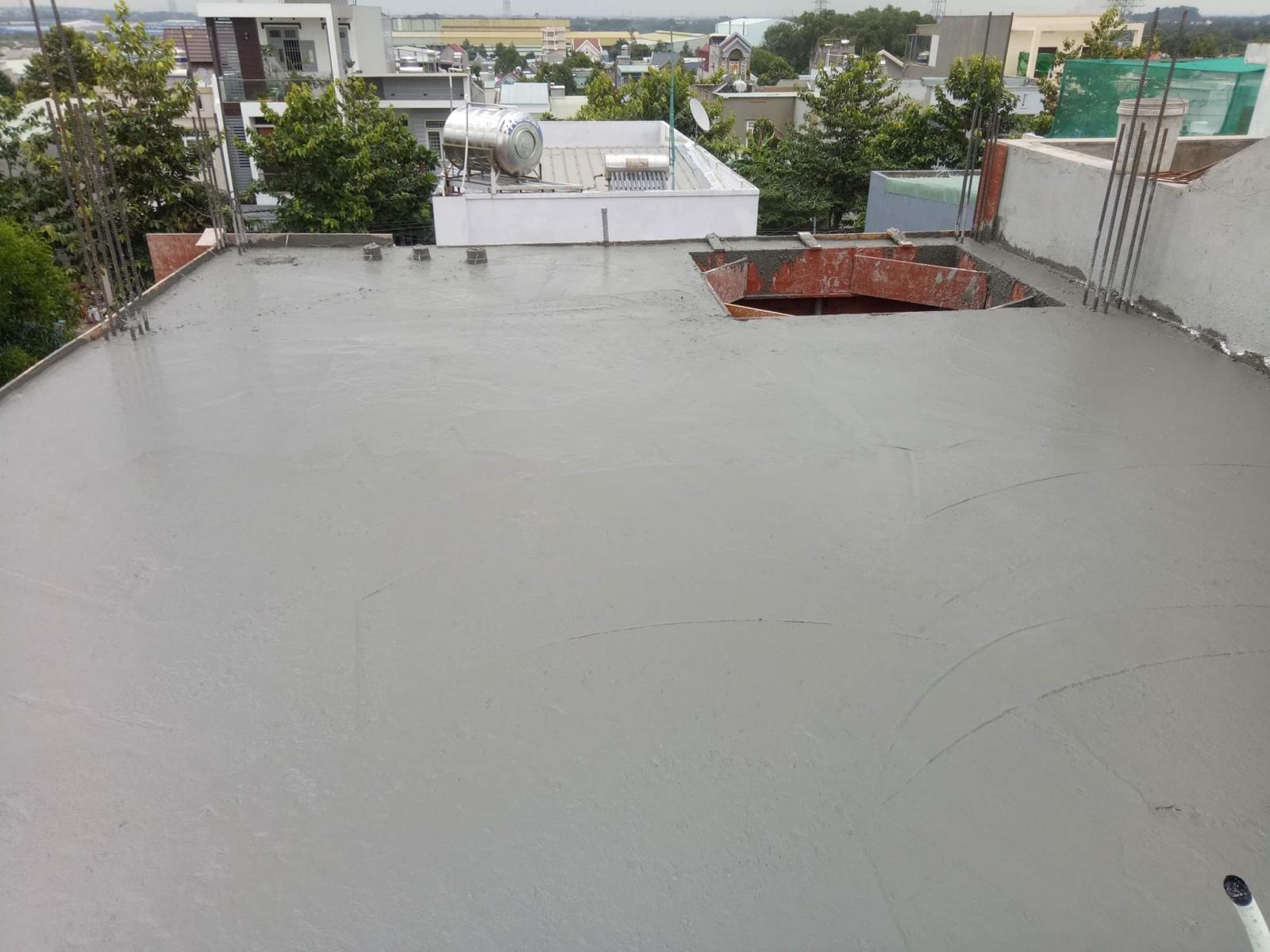 Chuẩn bị bạt để che mưa cho bê tông mới đổ