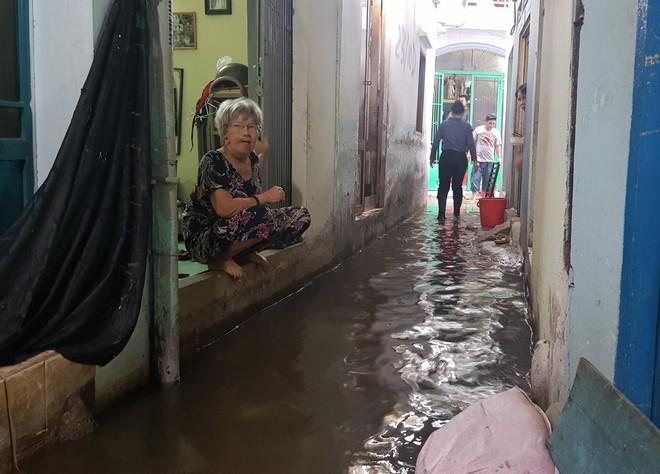 Người dân trong con hẻm nhỏ ngập nước ở TPHCM