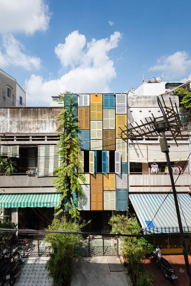Mặt tiền ngôi nhà là những ô cửa sổ nhiều màu sắc nổi bật.