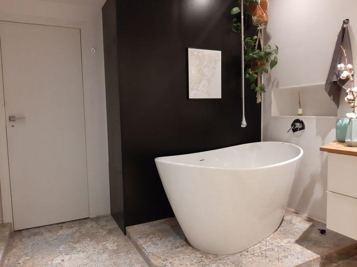 Bồn tắm trong phòng tắm