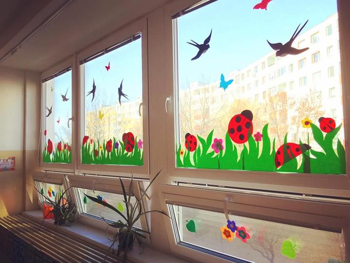 Một ý tưởng làm đẹp cho khung cửa sổ lớp mầm non