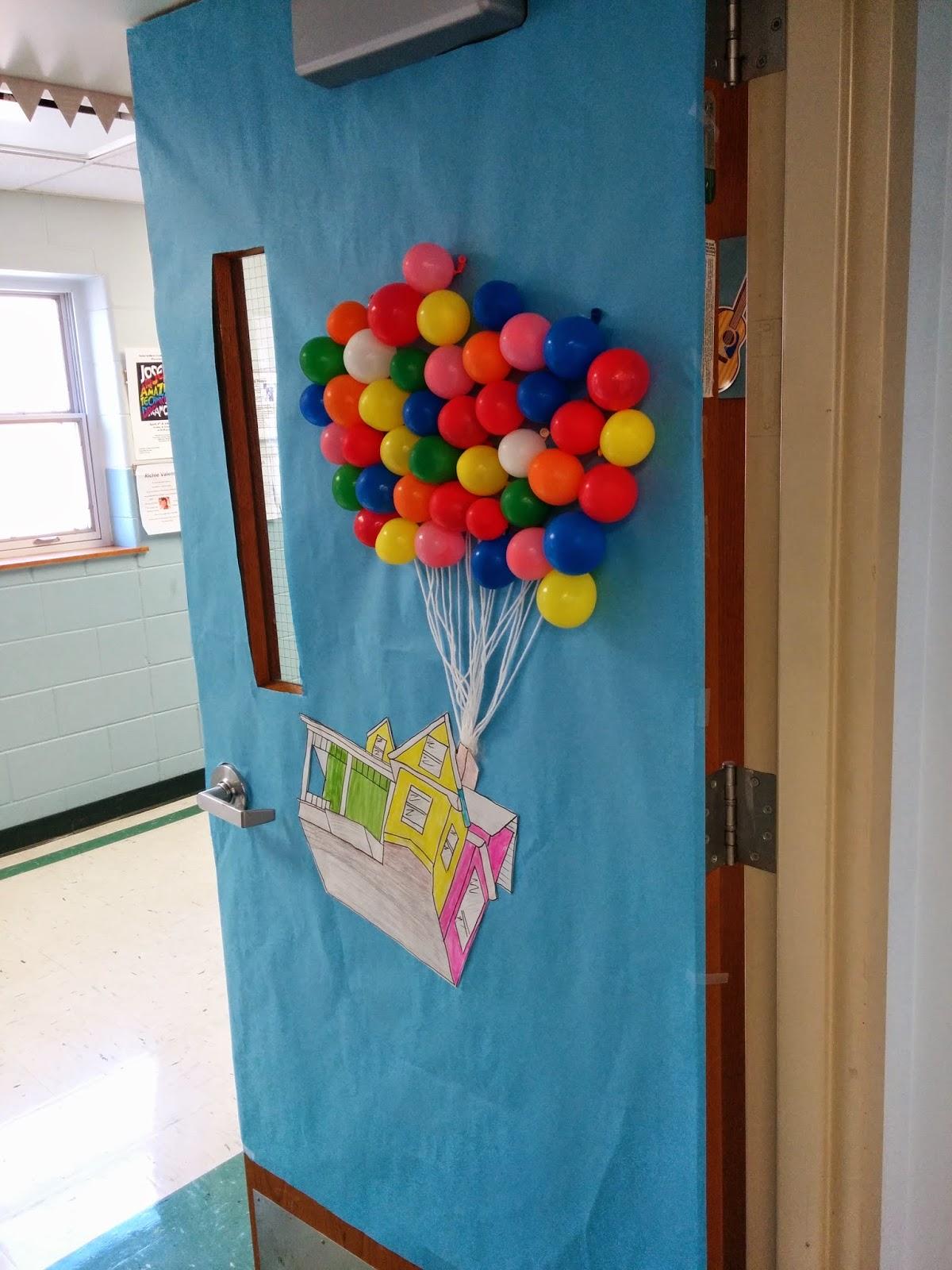 Cửa lớp được trang trí với chùm bóng bay màu sắc