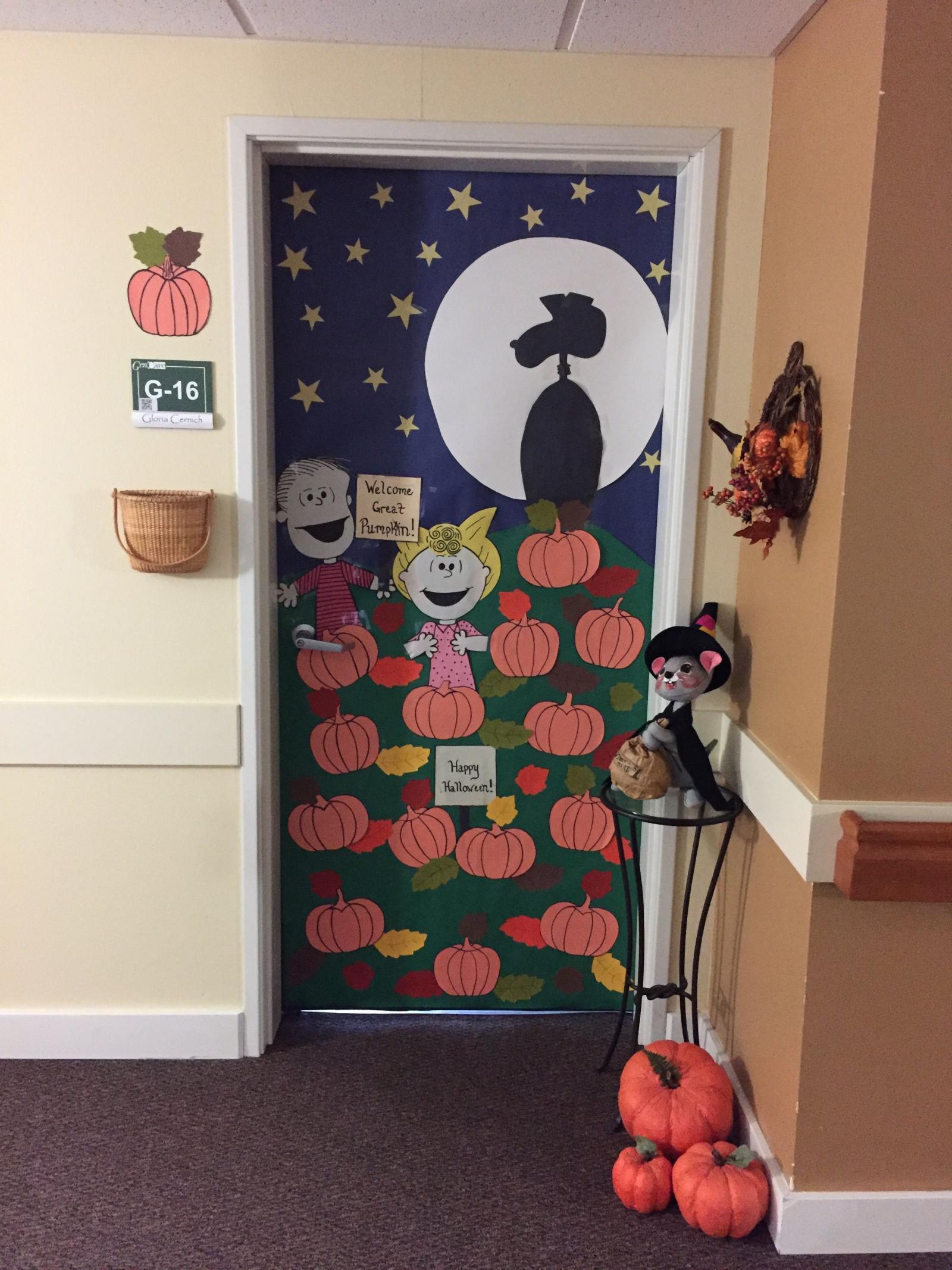 Trang trí Halloween cửa lớp học mầm non