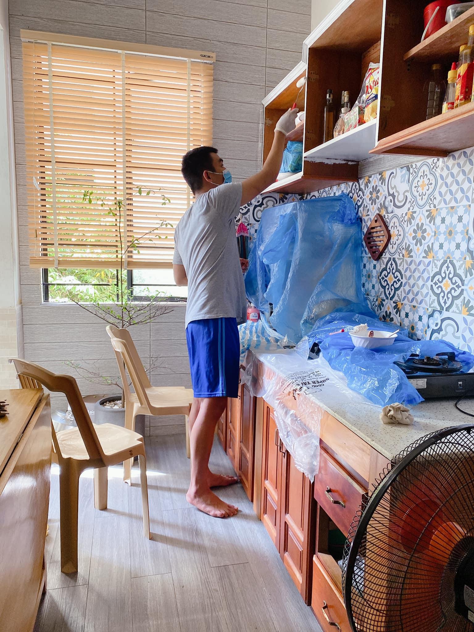 vợ chồng anh Xuân Kinh tự tay sơn lại cánh tủ bếp