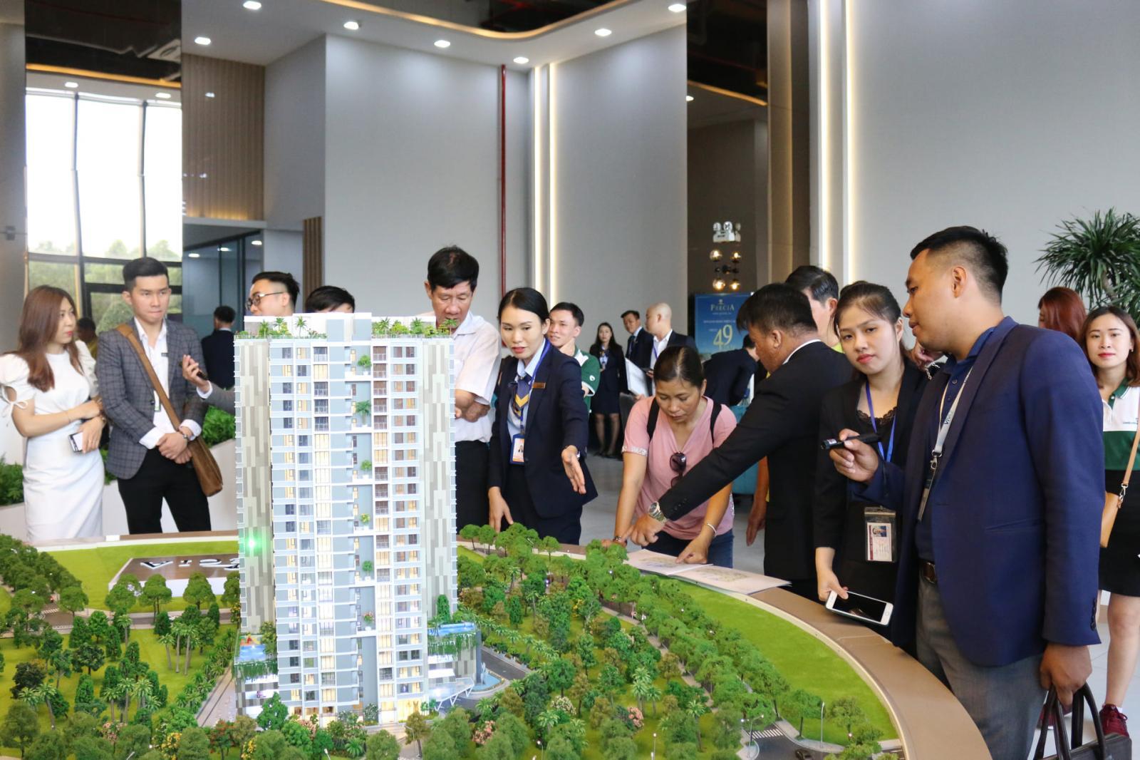 Khách hàng xem mô hình dự án bất động sản tại quận 2