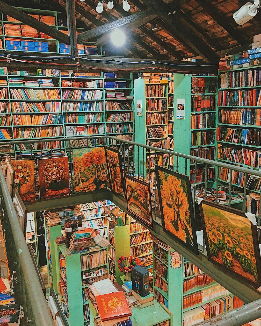 Sách được xếp kín từ sàn lên đến tận mái