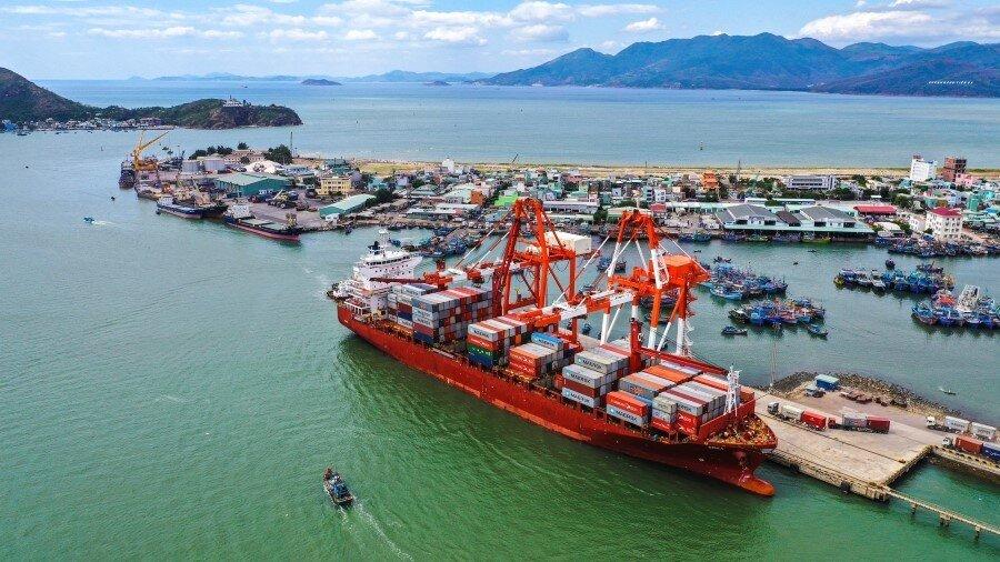 cảng biển có nhiều tàu thuyền đang đậu