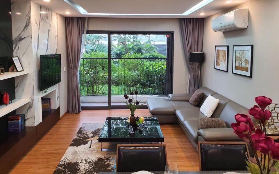 phòng khách căn hộ chung cư có sofa, bên cạnh là ban công