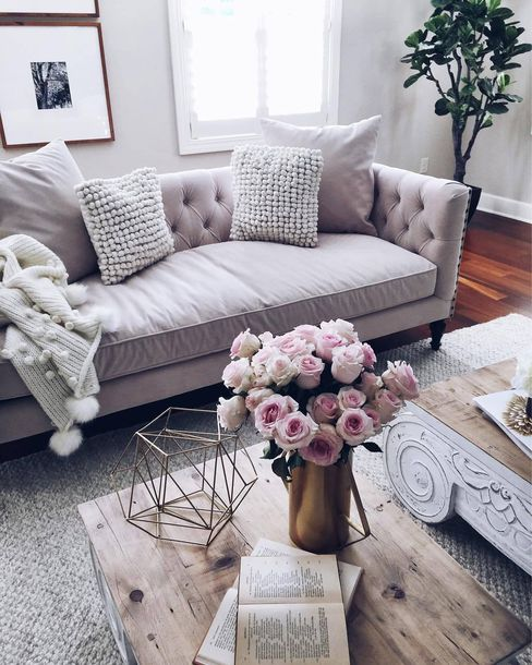 bình hoa tươi trong phòng khách