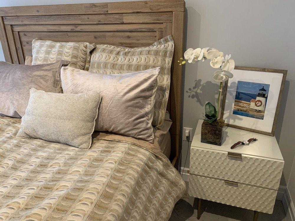 hoa lan cạnh giường ngủ