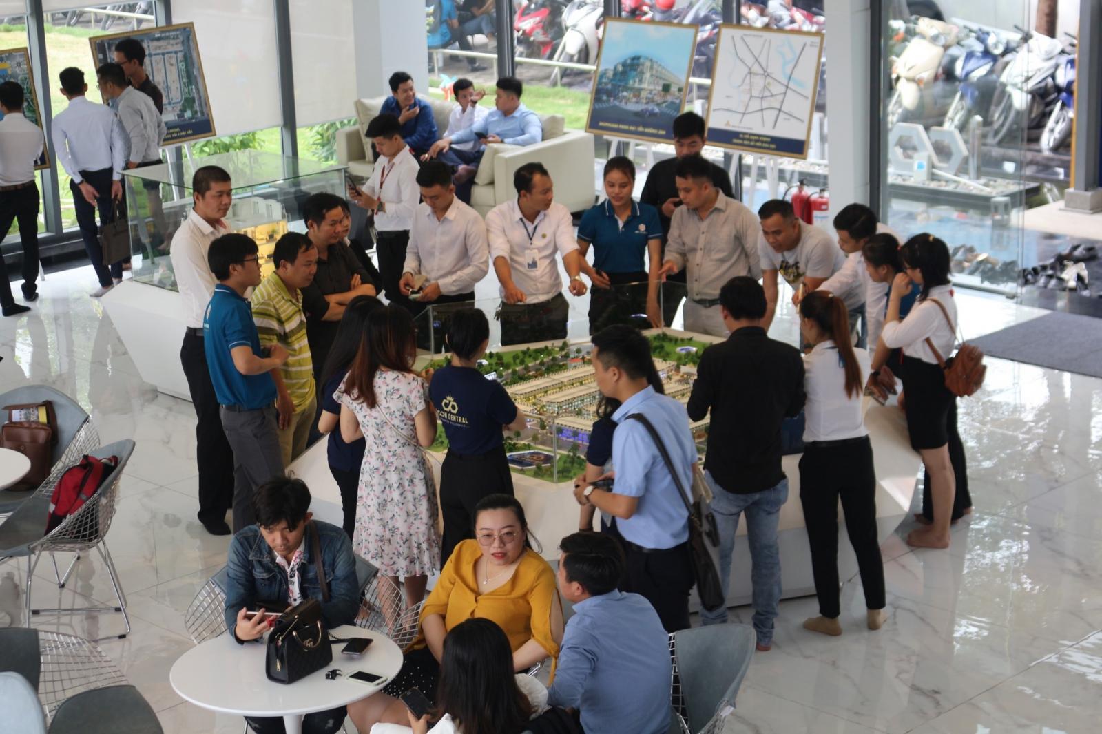 nhiều người tham quan dự án