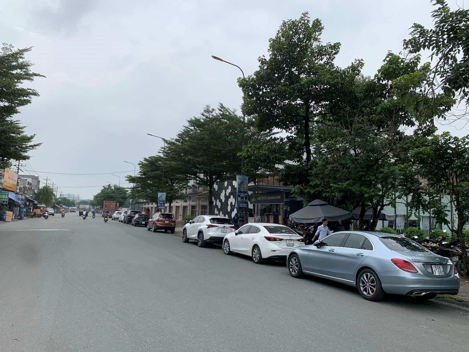 hàng ô tô đỗ bên đường để xem dự án bất động sản