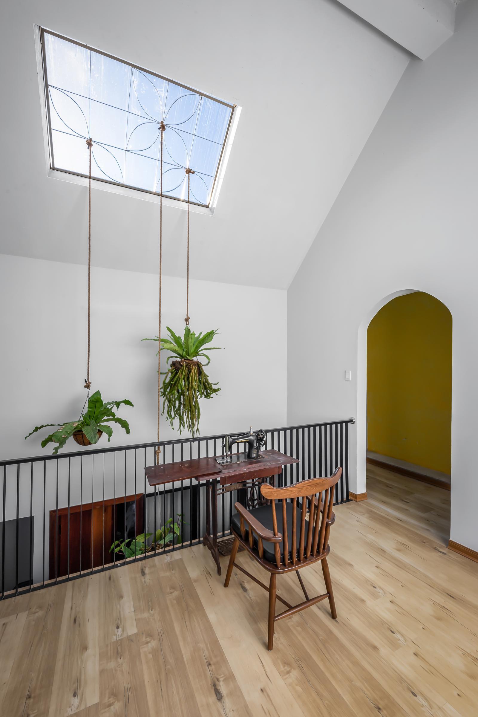 Kiến trúc sư tận dụng linh hoạt cốt cao độ ở các tầng để thiết kế gác xép làm nơi thư giãn
