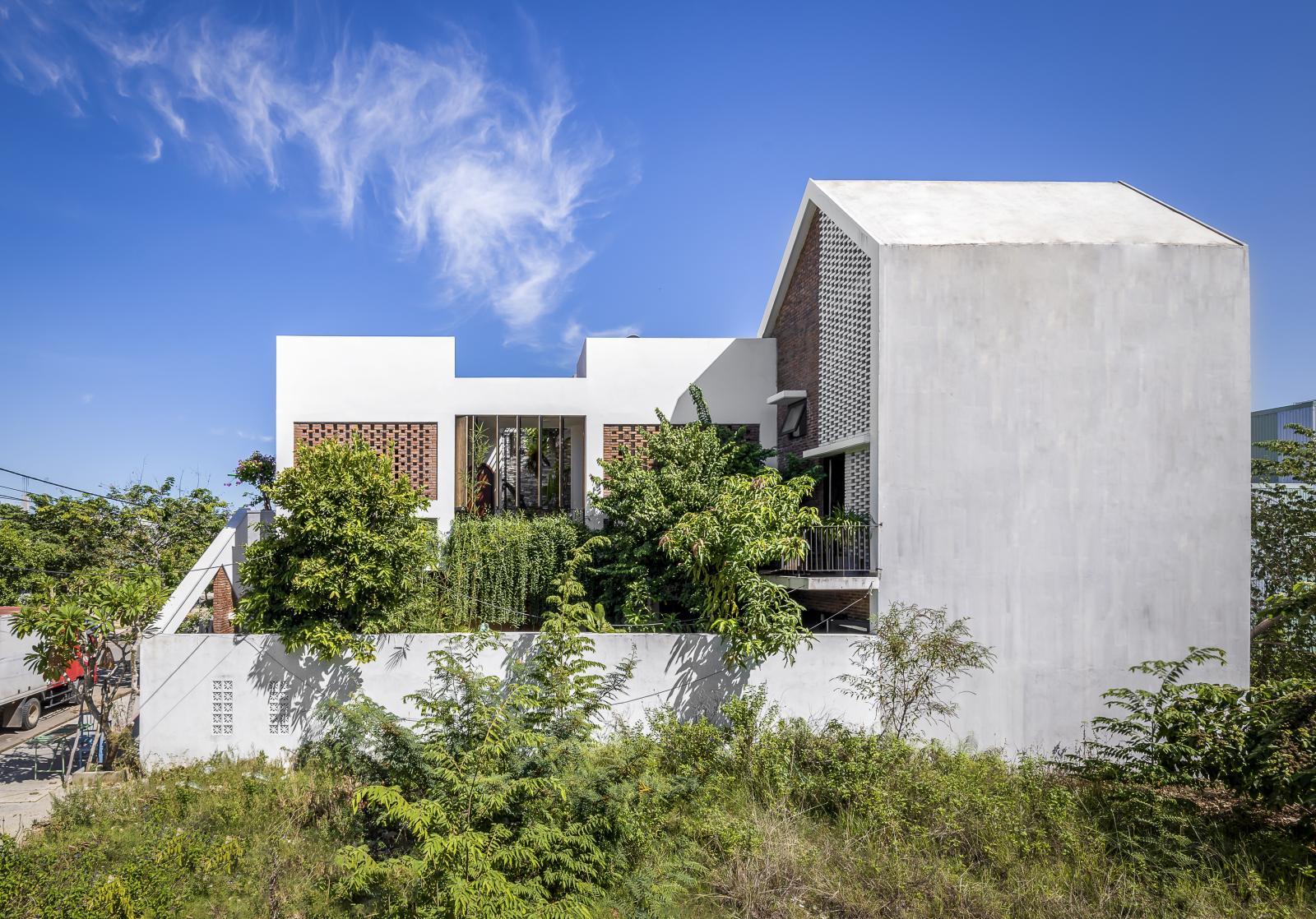 Ngôi nhà được thành 3 khối chức năng chính tách rời nhau.
