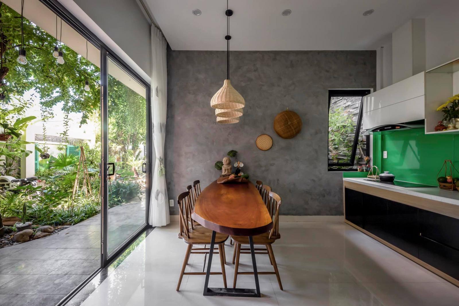 Gia chủ có thể vừa dùng bữa, vừa cảm nhận những cơn gió mát mẻ từ khoảng vườn xanh tươi thổi vào nhà.