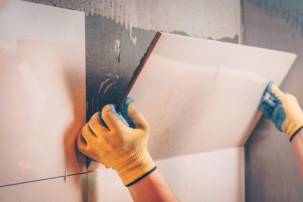 thi công gạch ốp tường phòng khách