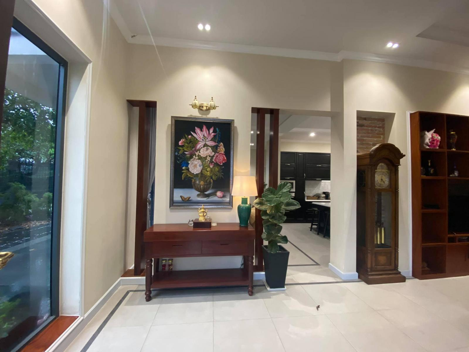 Đồ nội thất chủ yếu làm bằng các loại gỗ tự nhiên như căm xe, lim,...