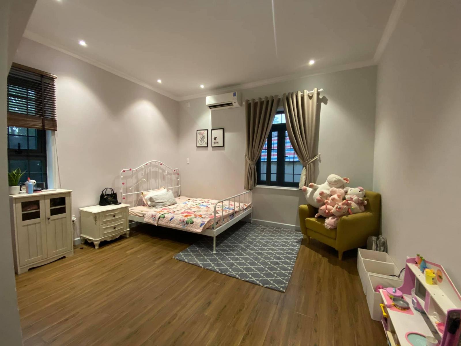 """Phòng ngủ của cô """"công chúa nhỏ"""" với chiếc giường trắng thiết kế nữ tính, dễ thương."""