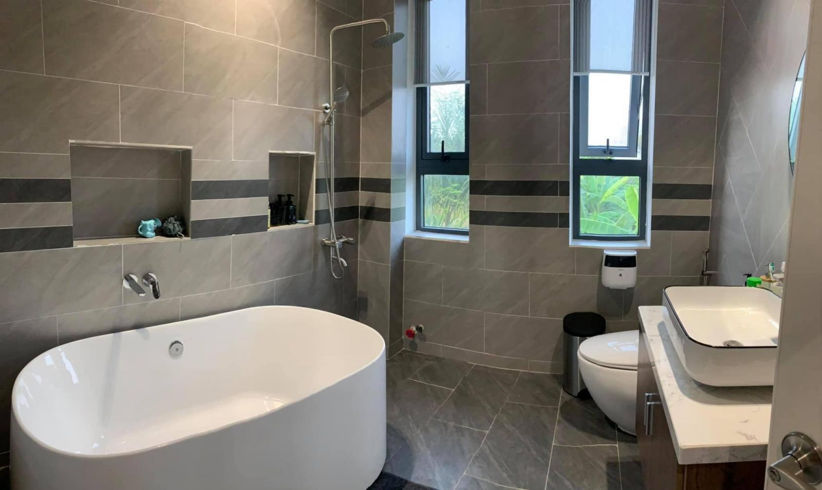 Phòng tắm thông thoáng nhờ cửa sổ, không cần dùng đến quạt thông gió.