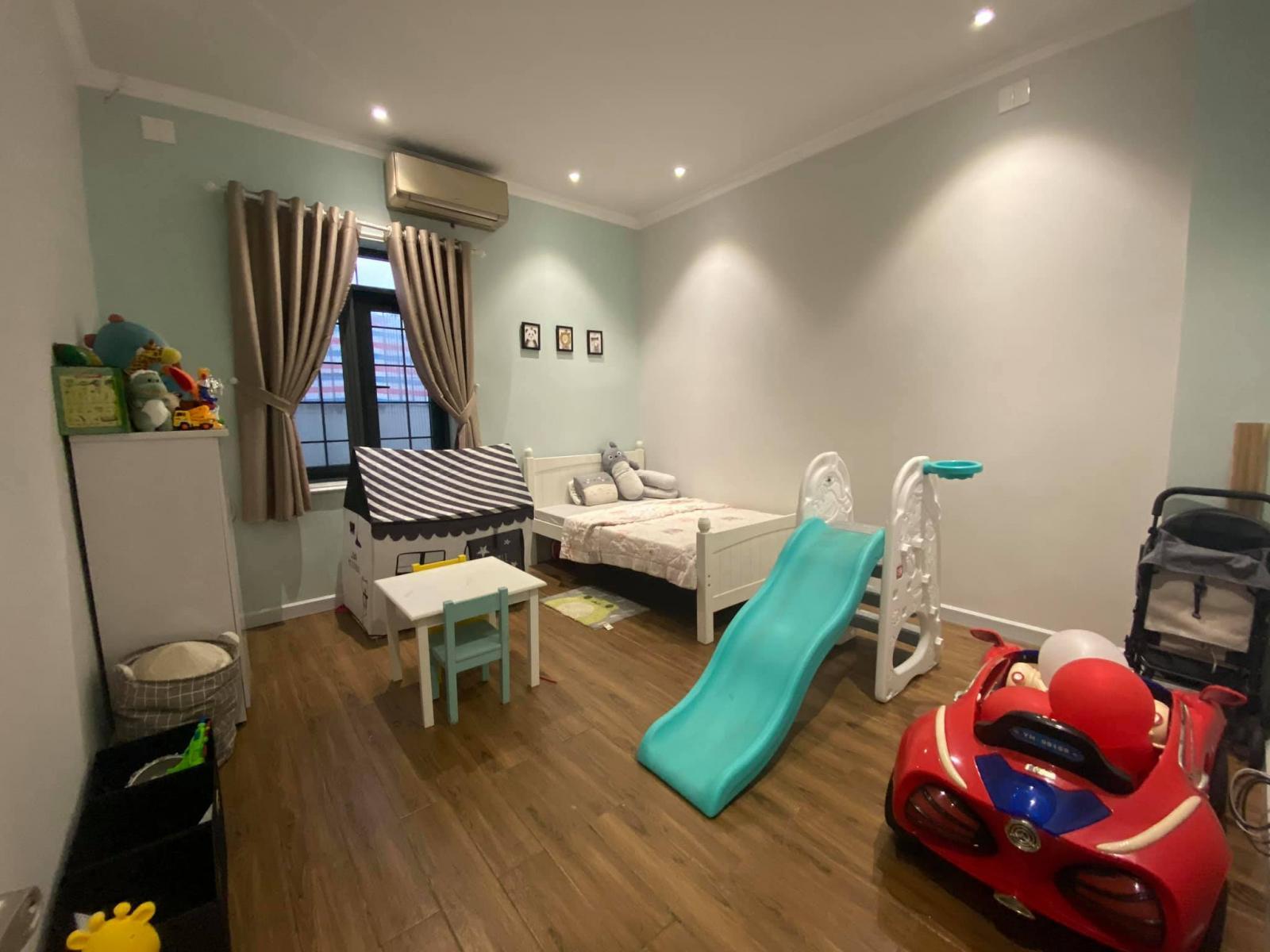 Phòng ngủ của con trai với nhiều đồ chơi để bé thỏa sức vui đùa, hoạt động.