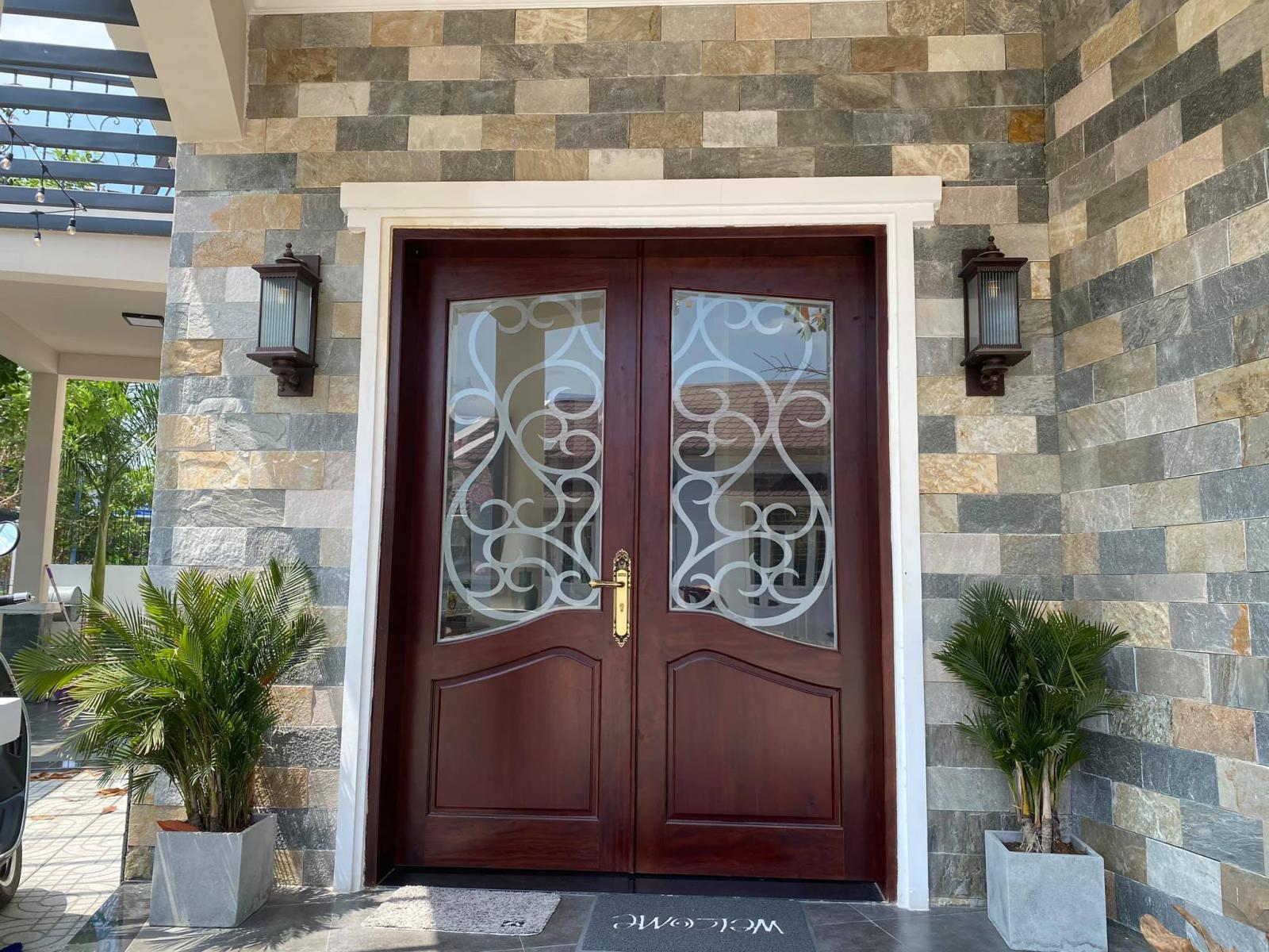 Bộ cửa gỗ lim nổi vân đẹp mắt.