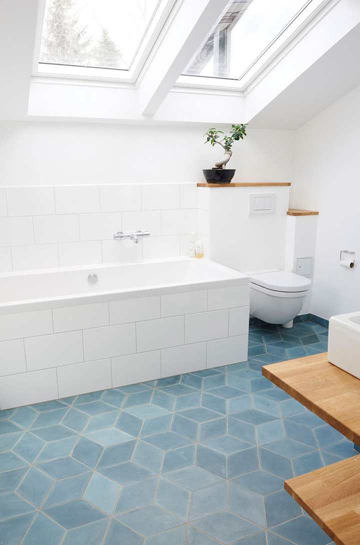 Gạch lát nền nhà tắm màu xanh dương nhẹ nhàng